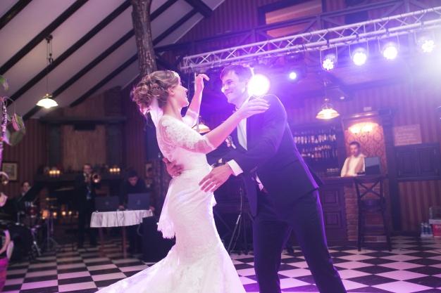 newlyweds-dancing-on-the-dance-floor_1153-1166