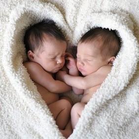 Grossesse de jumeaux : comment aborder la naissance et le « après » ?