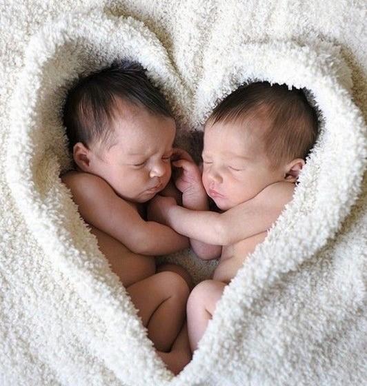 d7423c136c99 Une grossesse de jumeaux c est deux fois plus de bonheur, pas vrai   On  vous donne quelques petits conseils pour bien vivre la naissance de ces  futures ...